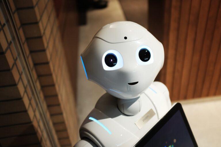 Robô olhando para a câmera