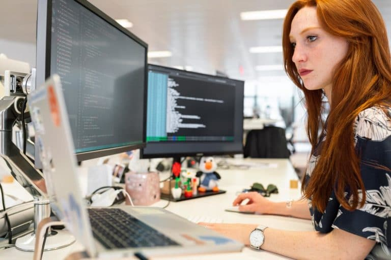 Mulher utilizando um computador